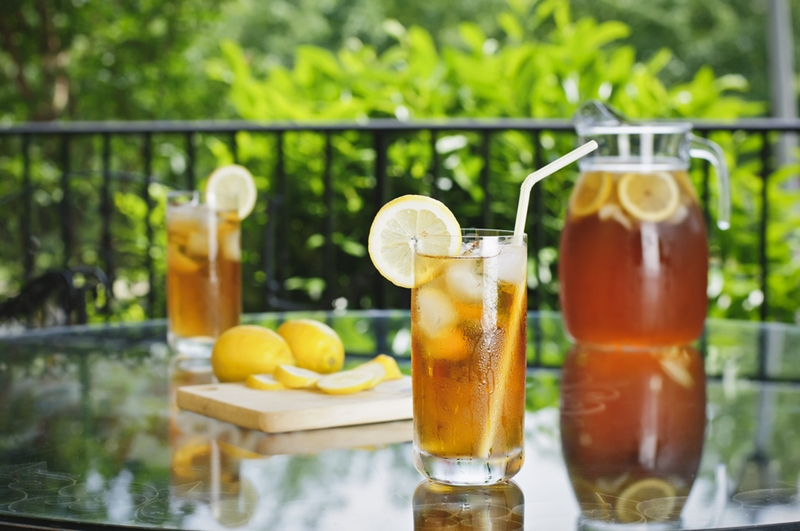 For a refreshing and healthy transition to spring, trade hot tea for iced tea.
