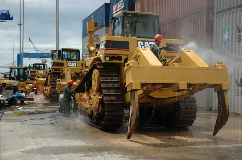Freightplus preparing bulldozers to be shipped from Panama to Australia.